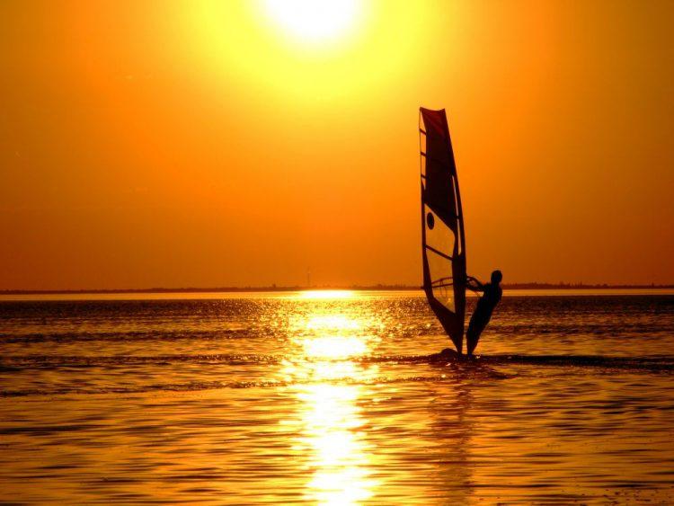Kitesurf e windsurf: saia do comum nas férias!